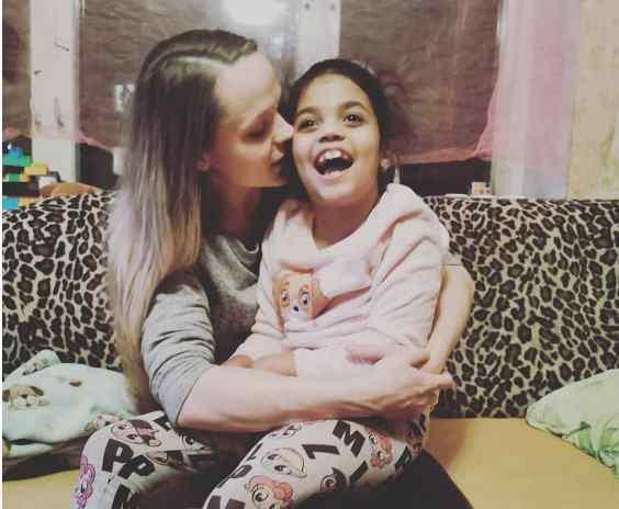 Трагедія у київській школі: 8-річна дівчинка впала у кому. Мама не стримує сліз розпачу