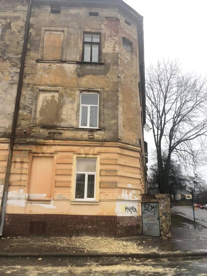 #СадовийвідремонтуйЛьвів: фасад будинку на вулиці Огірковій сиплеться просто на перехожих