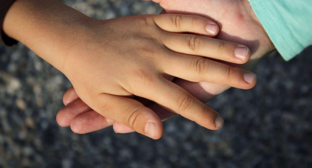 На крик збіглися сусіди: у Дніпрі молодший брат розправився з 3-річною прийомною сестричкою
