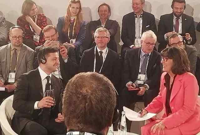 """""""Це неправда!"""": Вона рознесла соратника Порошенка в Мюнхені – обступили його. """"Ти ганьбиш!"""""""