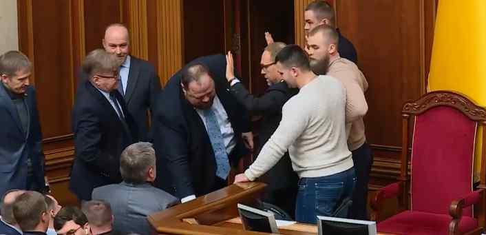 Заблокували трибуну! У Раді справжній балаган. Тимошенко шокувала Разумкова, робить бучу.