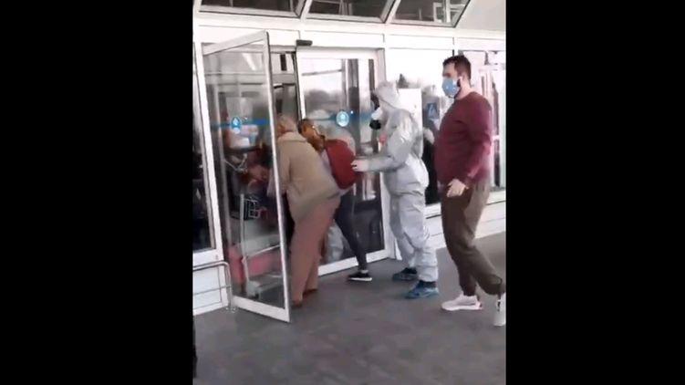 """""""Кричали і вибивали двері"""": Українські туристи влаштували немислиме в аеропорту Бориспіль. Підключилась Нацгвардія!"""