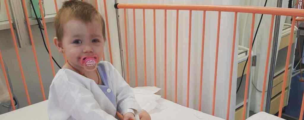 Рак вразив очі маленької Емілії. Батьки просять про допомогу
