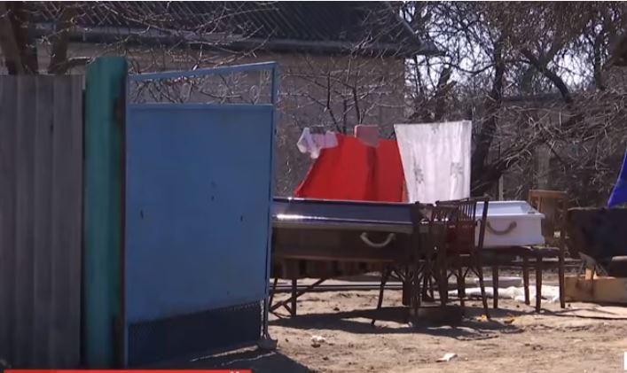 """""""Дитячі вишиванки і три труни"""": На Черкащині попрощались з трьома дітьми, яких убив батько. Мати і бабуся в істериці!"""
