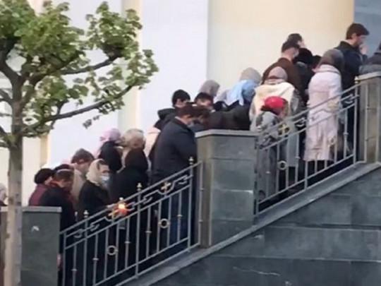 Їм хворих мало? Перед дніпровським храмом люди вистроїлись у довгу чергу: без масок і дистанції