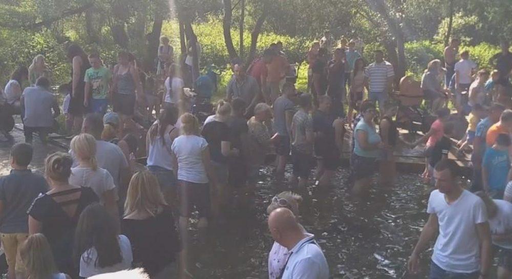 Наплювали на карантин. Українці влаштували масове купання в джерелі: близько сотні людей