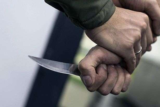 """""""Отримав удар в шию"""" Озброєний чоловік накинувся на поліцейського: конфлікту раніше не було"""
