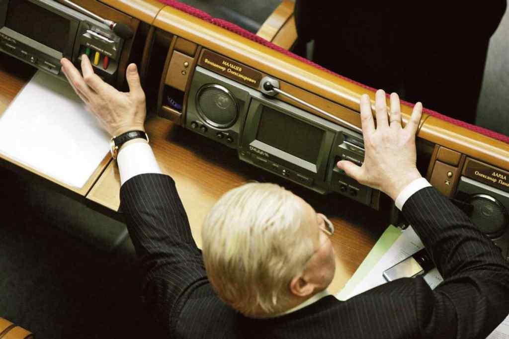 Такого ще не було! В Україні відкрили першу справу про нардепа-кнопкодава. Вже розглядається в суді
