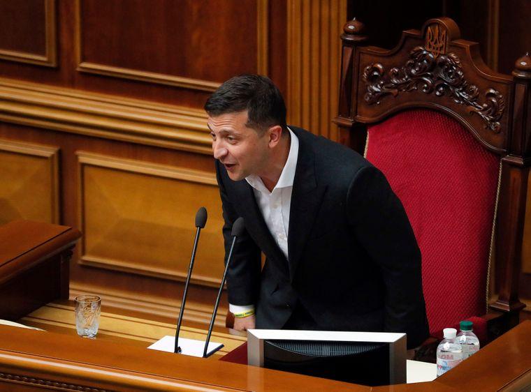 """Зеленський готує сюрприз для випускників. Законопроект уже в Раді. """"Звільнити від…."""""""