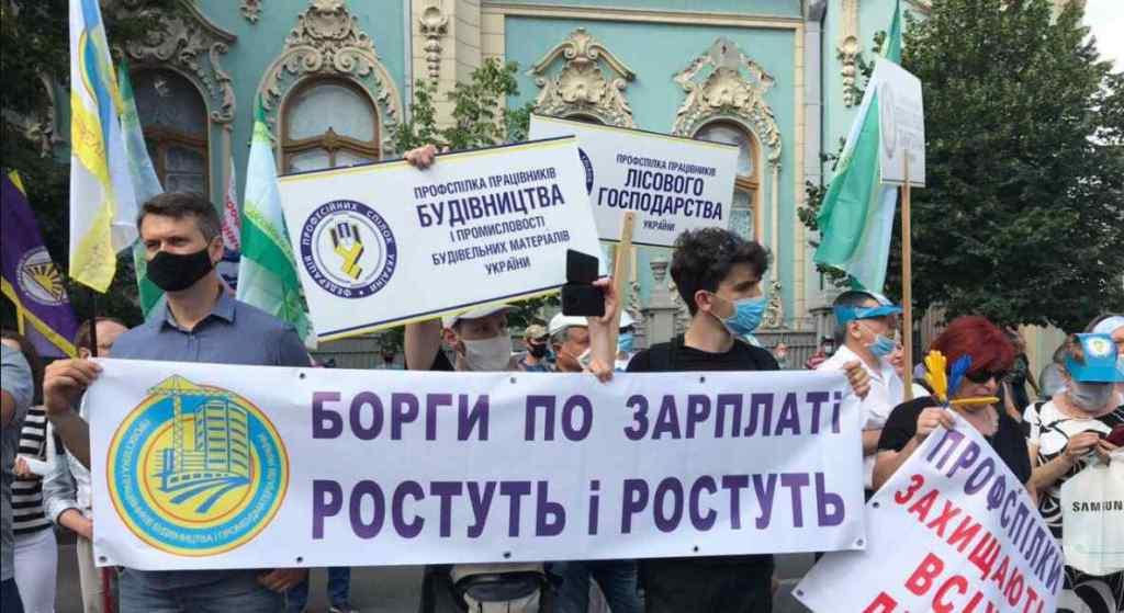 Українці вийшли! Під Радою масова акція протесту: кілька сотень учасників. Вимагають термінової відставки