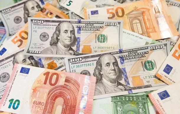 """""""Долар дешевшає, а євро навпаки"""": Свіжий курс валют перед вихідними. Нестабільні коливання"""