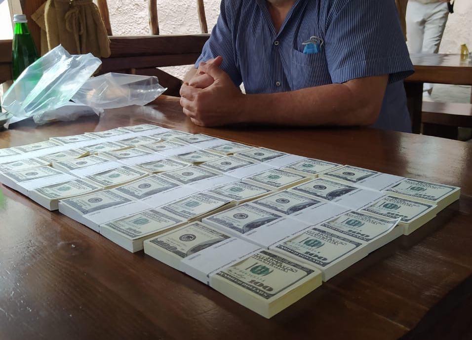 """""""Нагрів руки"""" на 200 тисяч доларів. СБУ накрило масштабну аферу: """"продавав"""" посади в Кабінеті міністрів"""