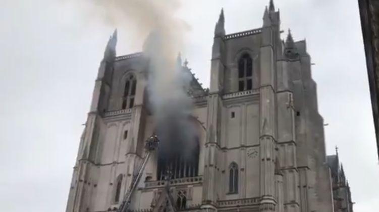 Горить святиня! У Франції загорівся побудований майже 600 років тому собор Святих Петра і Павла