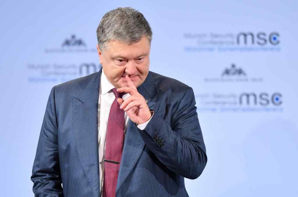 """""""Слава гетьману!"""": """"Шоу"""" Порошенка під ДБР почалося. З Турчиновим і """"масовкою"""""""