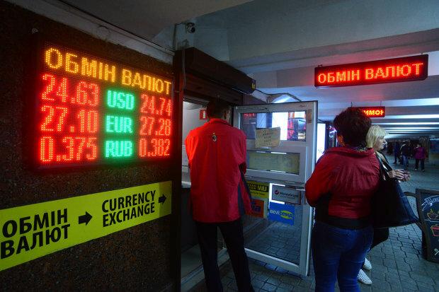 Долар в Україні по 22 гривні: Експерти називають умови. Що це означає