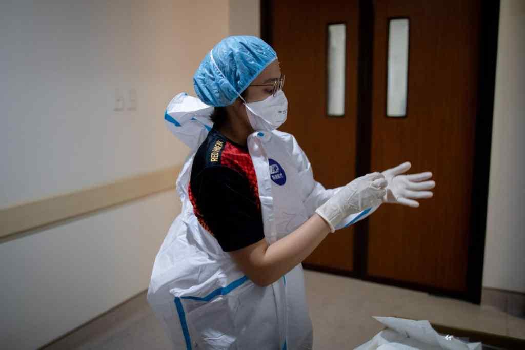 """""""В масках їсти незручно"""". Спалах коронавірусу зафіксували після весілля: хворих продовжують реєструвати"""