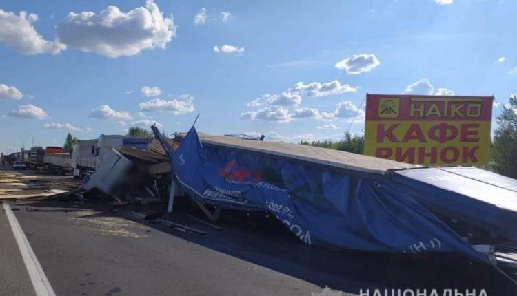 Страшна ДТП на Одещині. Уламки транспорту по всій дорозі: є загиблі. В'їхав на швидкості