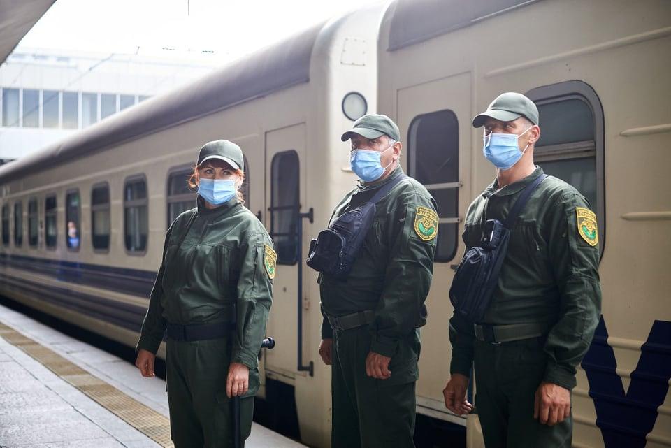 """Воєнізовані охорона і камери у вагонах. В """"Укрзалізниці"""" шокували: головне безпека"""