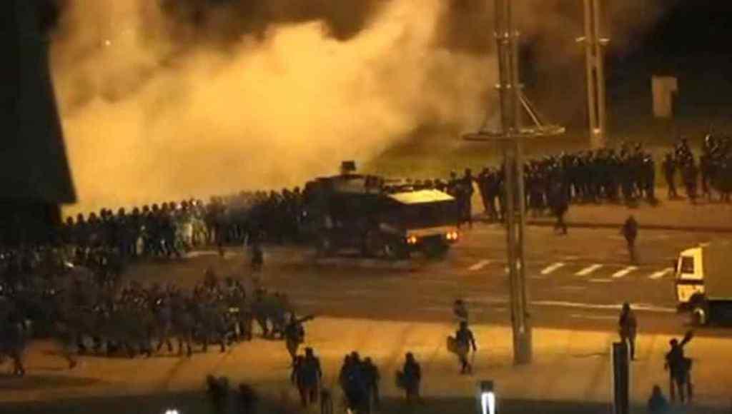 Штурм барикад – вибухи! ОМОН пішов у наступ – білоруси дають відпір. Лукашенко такого не чекав, країна повстала