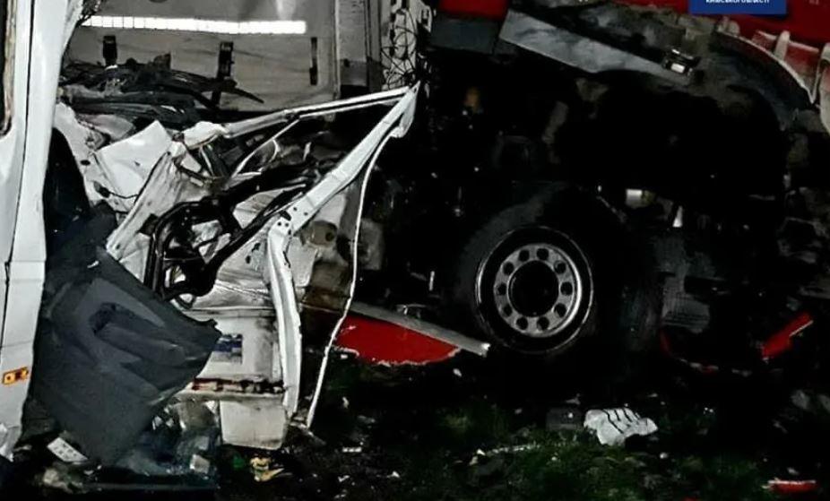 """""""Пекло на дорозі"""": Масштабна смертельна аварія під Києвом – уламки по всій дорозі і заблокований рух"""