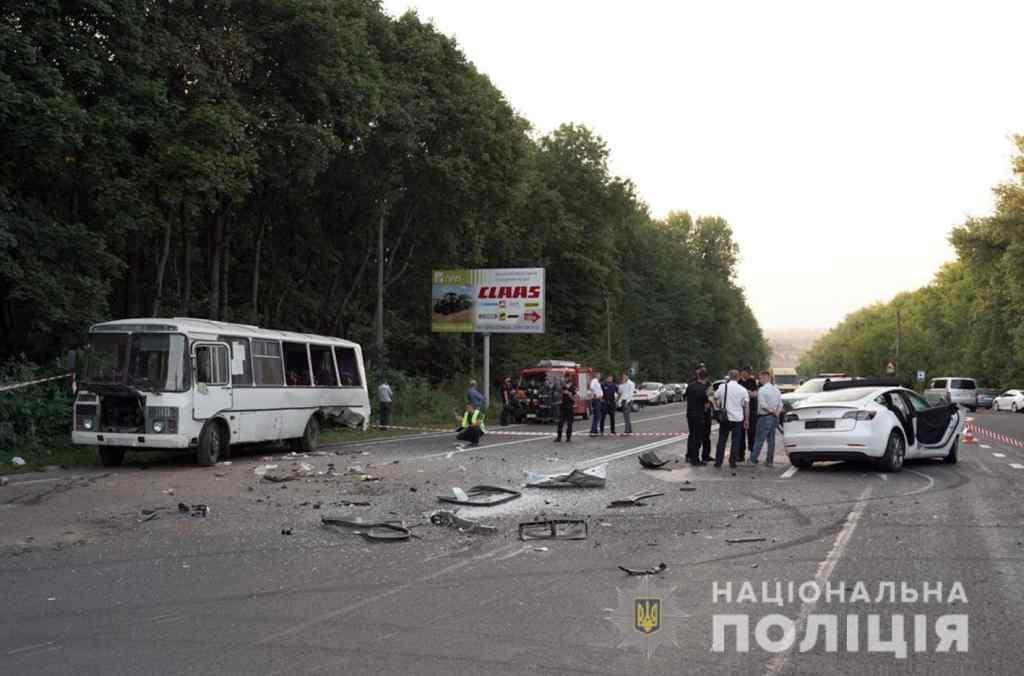 Уламки розкидало по дорозі. Пасажирський автобус потрапив у жахливу ДТП: майже десяток людей у лікарні