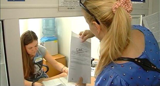 Українцям виплатять компенсації: по 1 779 гривень щомісяця. Як отримати гроші і кому пощастить