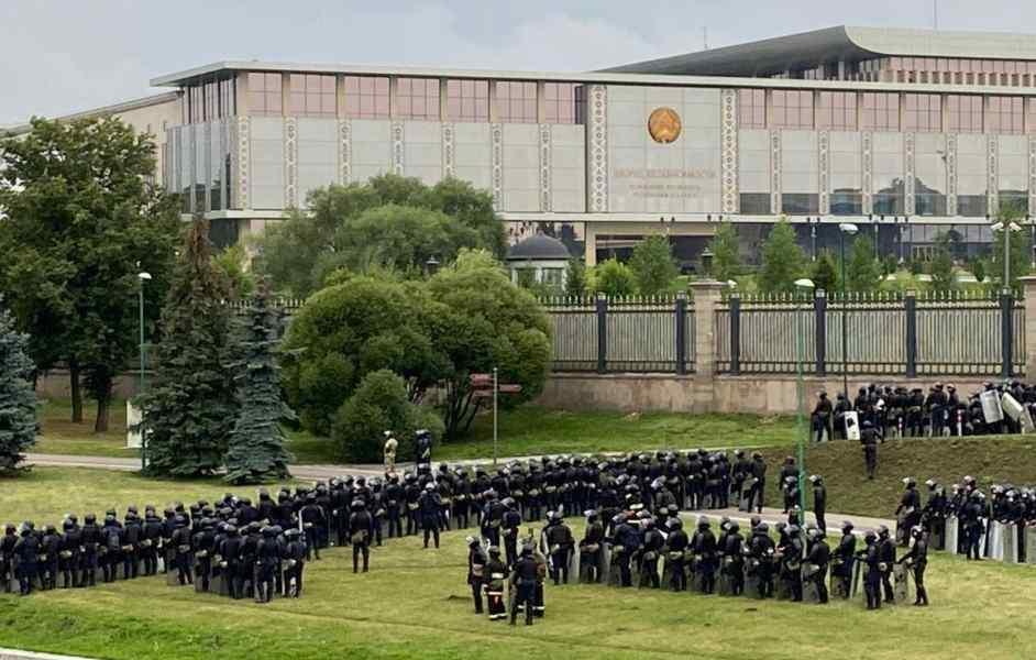 """Резиденцію оточили! """"Штурм"""", омонівці здаються. Лукашенко в паніці, вже почалося. Спецназ з людьми!"""