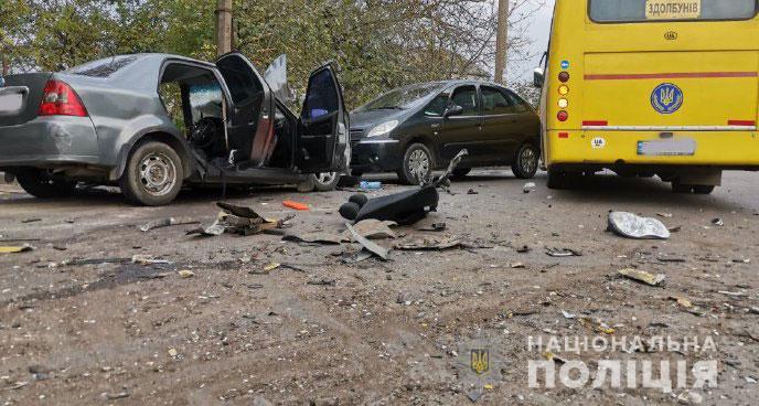 Уламки розкидало по дорозі. Жахлива аварія приголомшила містян, одразу три машини: серед потерпілих – діти