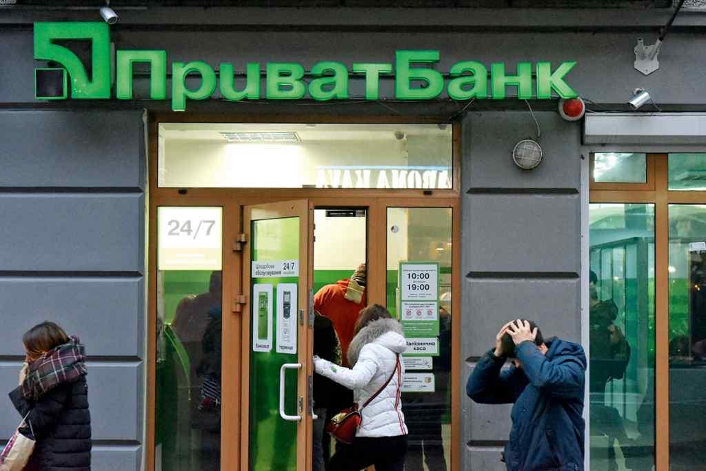 Українці не зможуть скористатися банкоматами і терміналами! Приватбанк призупиняє роботу – коли і чому