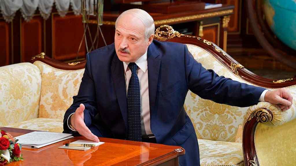 """""""Передати повноваження!"""" Просто зараз – Лукашенко """"здався"""". """"Гостра критика"""" – країна гуде"""