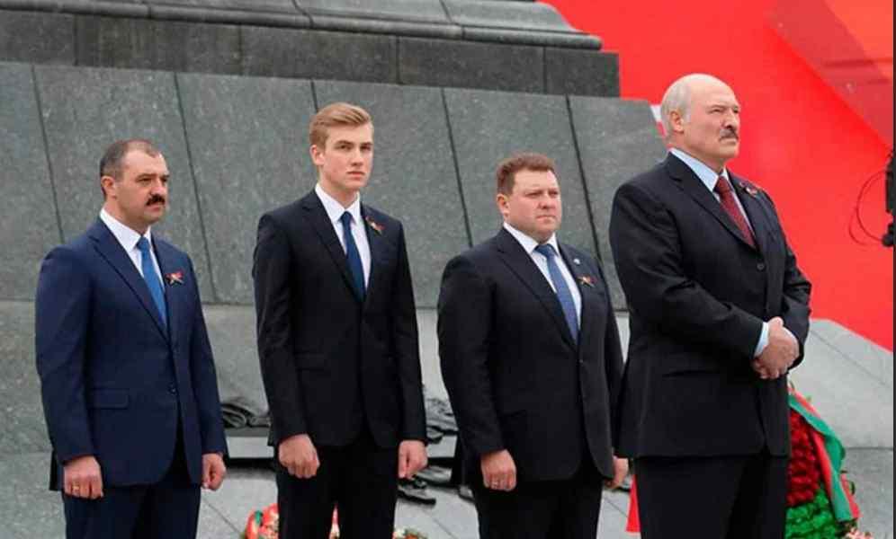 Мішок на голову! Лукашенко в шоці – дочка видала правду. Диктатора зломили – заштовхали в бус. Почалося!