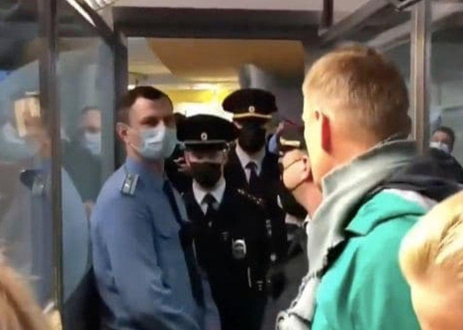 Щойно! Навального затримали – просто під час паспортного контролю. Пройдіть за нами – почалось страшне