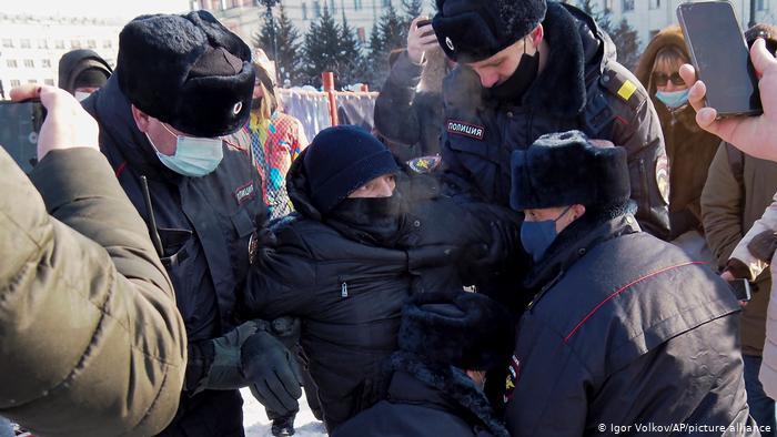 Країну трясе! Почалося немислиме, жорстокі затриманя – більше 500 осіб. Відступати не збираються: виходять на лід і…