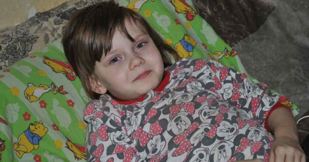 Важке захворювання кісток руйнує хребет 7-річної Олі: дитині потрібна негайна операція