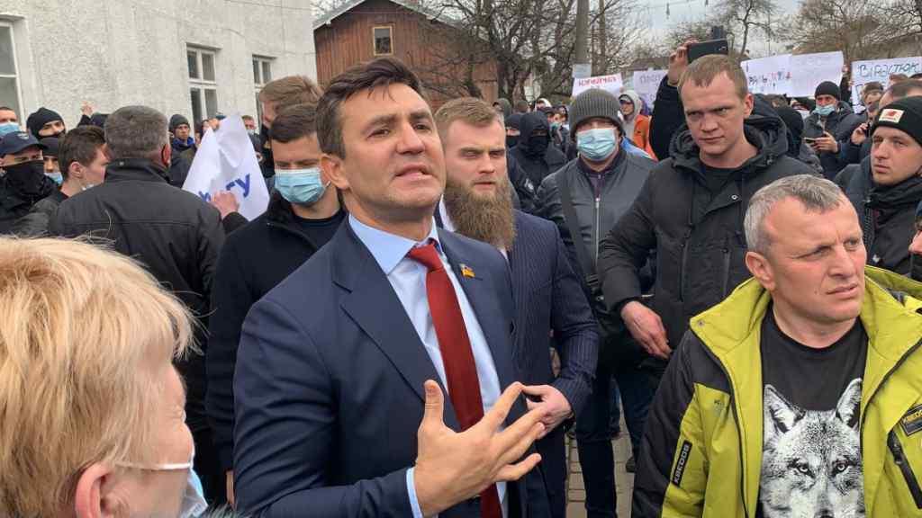 Скандал! Прямо на дільниці – Тищенко вляпався: стати перед ним на коліна, люди шоковані! Ганебна поведінка