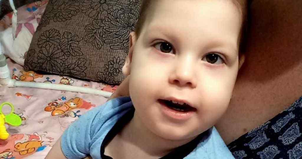 Малюк не ходить, не сидить, не повзає. 3-річний Данилко потребує реабілітації: батькам самим не впоратися