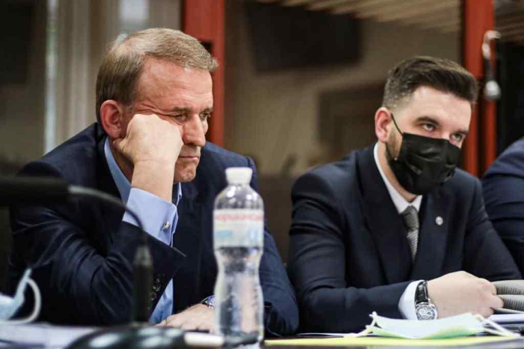 Терміново! Соратника Медведчука злили – напав на журналістів : просто у суді – сталося немислиме!
