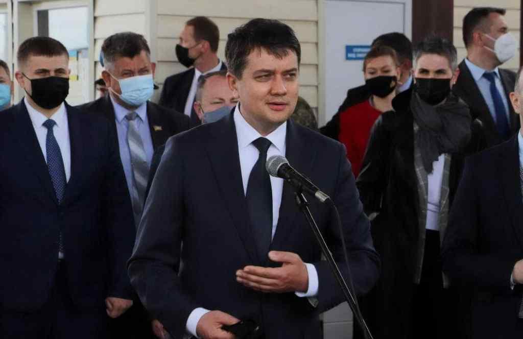 Годину тому!  Борт терміново сів – Разумков не чекав.  Несправний апарат – повертається назад до Києва