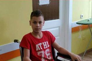Ногу 12-річного хлопчика з'їдає рак. Андрій потребує тривалого лікування для боротьби з онкологією