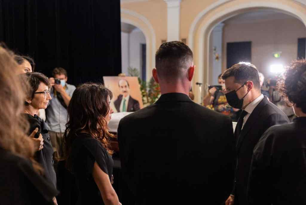 Приклад для багатьох! Зеленський попрощався з видатним хореографом Григорієм Чапкісом : донька не могла стримати сліз