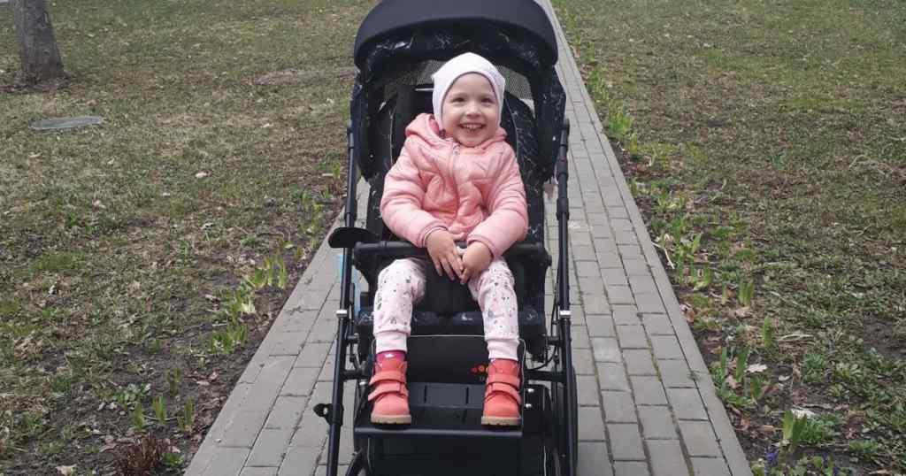 Мама Юлі просить допомогти зібрати кошти на реабілітацію донечки
