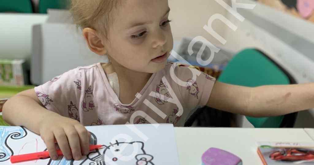 Гігантська злоякісна пухлина витіснила легені 2-річної Ніколь: дитині потрібна негайна допомога