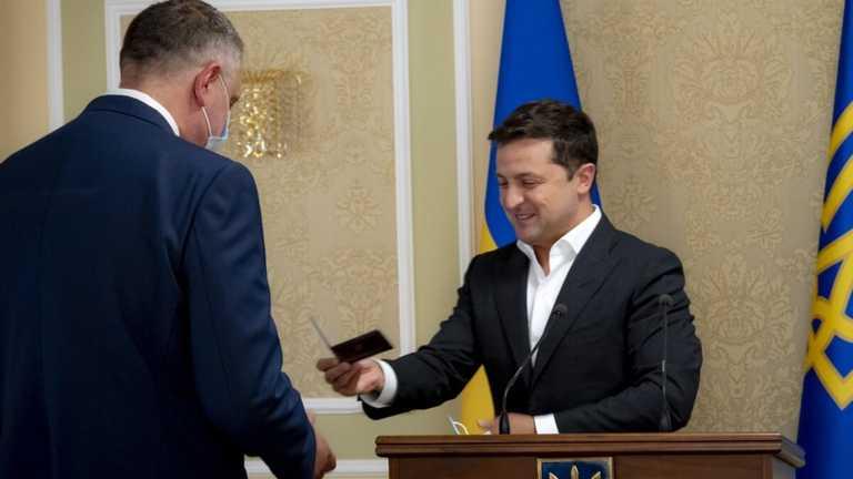Терміново! Зеленський вручив посвідчення, після шокуючої відставки: призначив нового. СЗР в надійних руках