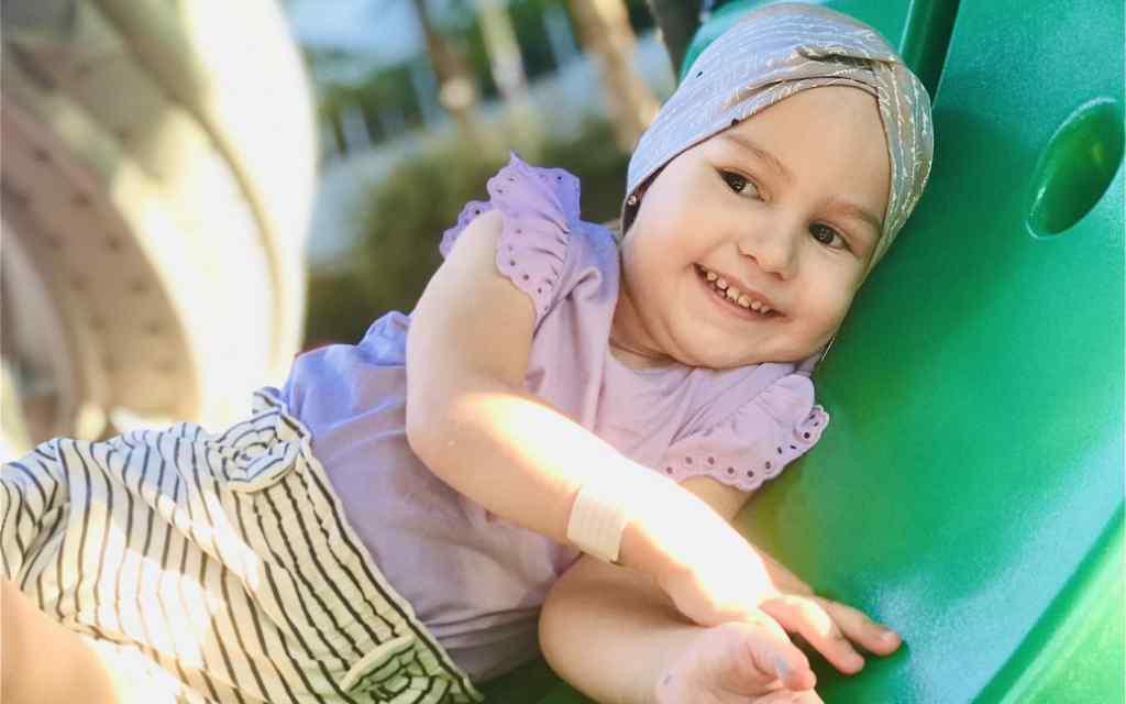 Величезна злоякісна пухлина спричиняє біль і ставить під загрозу життя 3-річної Арінки